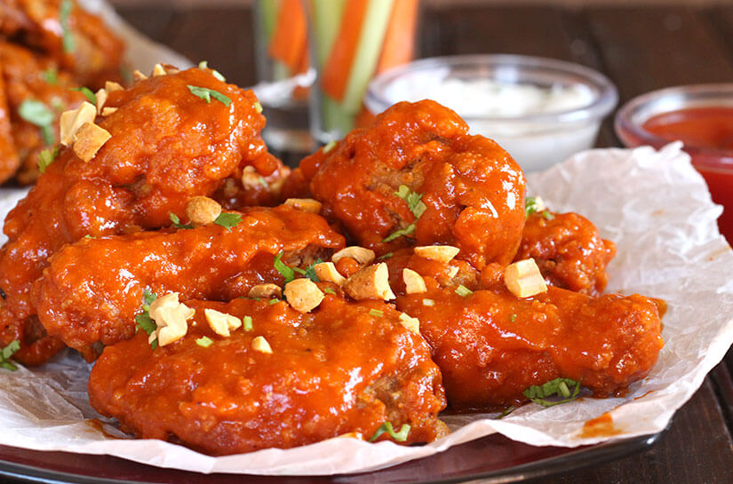 SPICY SRIRACHA CHICKEN WINGS - Cook with Kushi