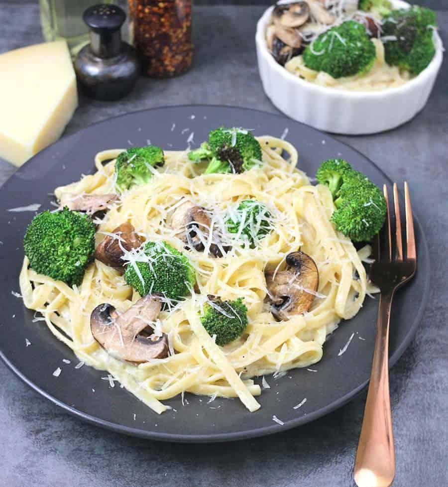 Instant pot Fettuccine alfredo, vegetarian pasta, chicken recipes, mushroom and broccoli recipes, fettuccine sauce, white sauce at home, kids friendly recipes