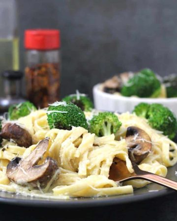 Fettuccine Alfredo, Fettuccine Al Burro, main course, creamy and cheesy pasta recipes, kids friendly recipes, Easy vegetarian pasta recipes, dinner and lunch recipes, alfredo sauce from scratch, olive garden copycat recipes, Italian pasta recipes, chicken alfredo, instant pot, mushroom and broccoli recipes,