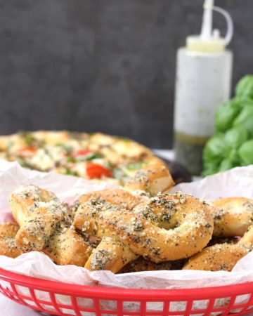 Garlic Parmesan Bread Twists, How to make garlic knots using best, easy and quick, fresh homemade pizza dough, #dominos #papajohns #pizzahut #garlicknots #breadsticks #breadtwists #appetizers #dinnersides #pizzaparty #fingerfood